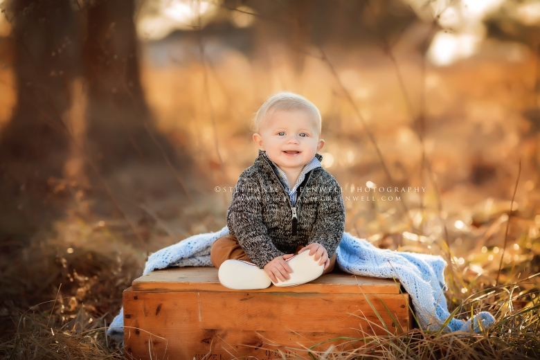 baby outdoors woods wooden box southeast missouri photographer stephanie greenwell